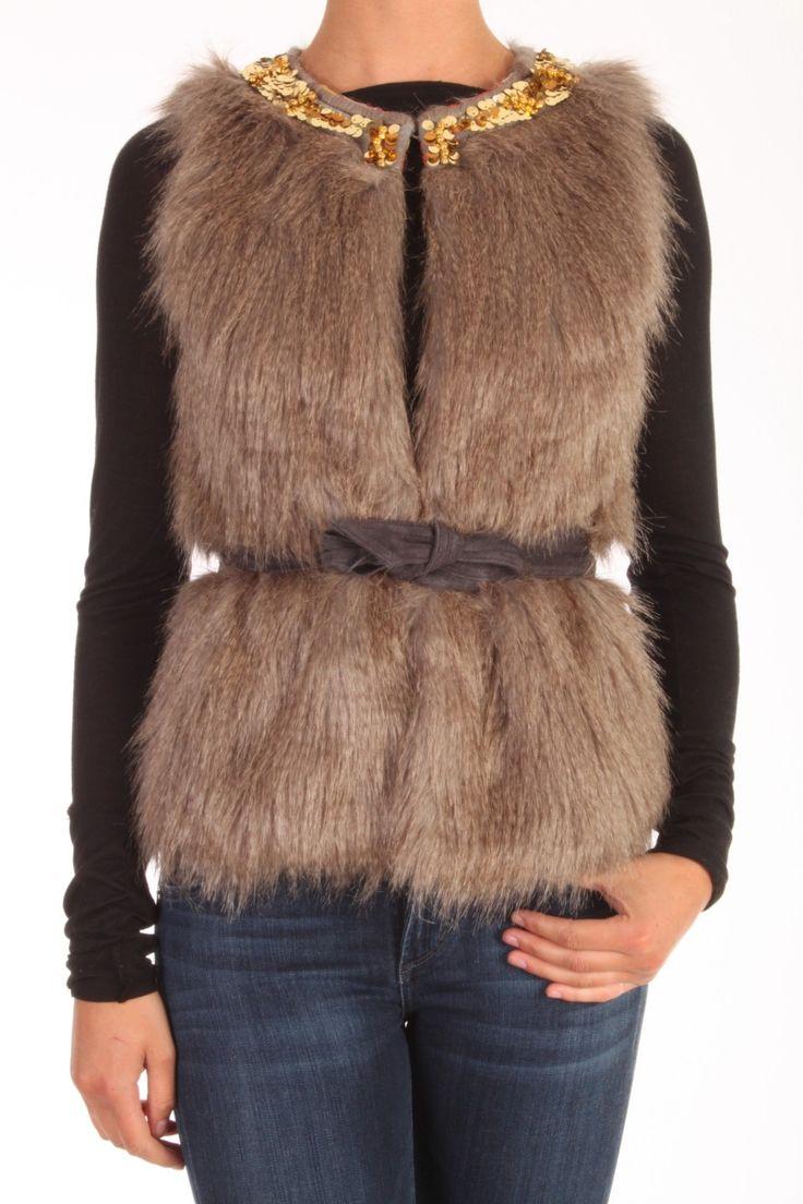 Dit vest van Goosecraft is Nepbont acryl met polyester. De halslijn is afgezet met gouden pailletten en de voering is vrolijke print. Goosecraft Vest011 Fake Fur Body Naturel 101332043