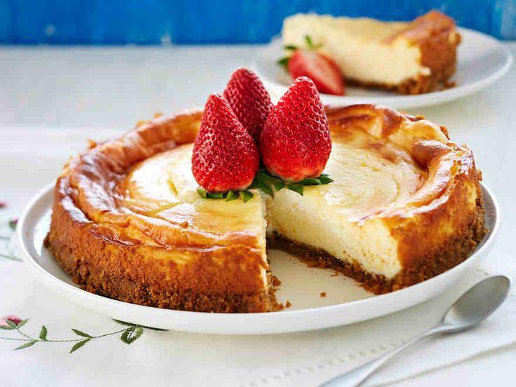 Klassisessa juustokakussa pohja syntyy digestivekekseistä ja täyte ranskankermasta ja sitruunasta. Koristele mansikoilla. http://www.yhteishyva.fi/ruoka-ja-reseptit/reseptit/amerikkalainen-juustokakku/014480