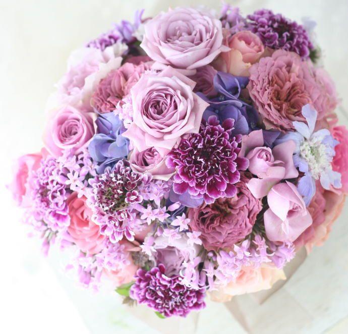 御色直しのブーケに作った、紫のブーケ。印象的な紫のバラはブルーキュリオッサで、ちょっと見慣れない茶色味を帯びたバラはテナチュールといいます。きゅーん。定番...