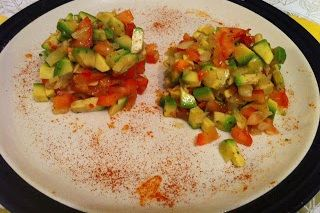 Guacamole mexican     Un guacamole simplu ca la mexicani acasă. Din câte rețete de guacamole am văzut aceasta mi se pare cea mai originală și gustoasă o rețetă veche și foarte simplă.   Ingrediente:  1 avocado bine copt  jumătate de ceapă albă tocată mărunt  coriandru frunze(sau uscat)  o roșie   jumătate lime  un ardei iute mic  sare    Mod de preparare:   Într-un mojar cu pistil se pune ceapă coriandru și ardeiul iute tocat și se pasează până când se face o pastă (dar se poate folosi și un…