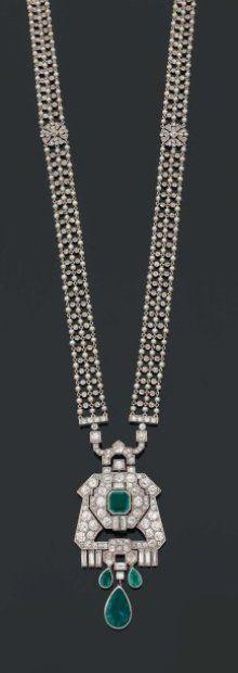 CARTIER. Epoque ART DECO.    COLLIER « Chaîne d'huissier » portant un grand pendentif en forme d'écusson repercé dans le goût égyptien rehaussé d'une émeraude carrée et trois émeraudes poire et diamants baguette en pampille. Le SAUTOIR est formé d'une résille de petites perles fines et diamants brillantés (TA) en sertissure, deux motifs ronds en rosace sur les côtés. Monture en platine et or (sautoir divisble pour être porté en deux longueurs).
