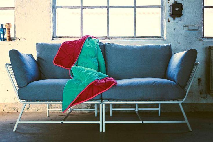 Besonders schön in der neuen PS-Kollektion macht sich auch der Ecksessel von Kate und Joel Booy. Dank seiner einladenden Form zieht es einen beinah magisch in sein 3-teiliges Polsterset inklusive pflegeleichter Bezüge. Stellen Sie zwei dieser Ecksessel zusammen, ergibt das im Handumdrehen ein Sofa. Preis: 169 Euro.