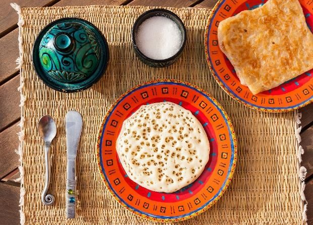 L'Oriental: De l'autre côté de la Méditerranée, le petit déjeuner se veut consistant. Au Maroc par exemple, il est principalement composé de pains et de crêpes, sous différentes formes : les baghrirs aussi appelés « crêpes aux milles trous » ou encore des mlaoui (des galettes feuilletées au beurre).