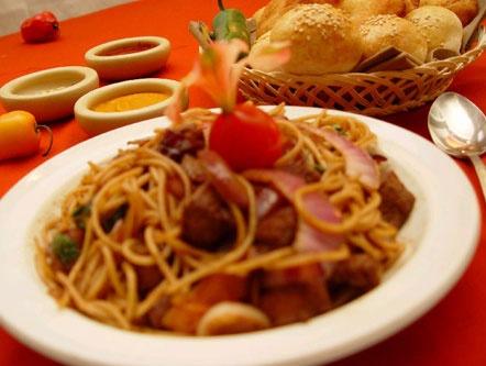Un tallarín saltado delicioso!!! aquí va la receta.  http://www.yanuq.com/buscador.asp?idreceta=2452