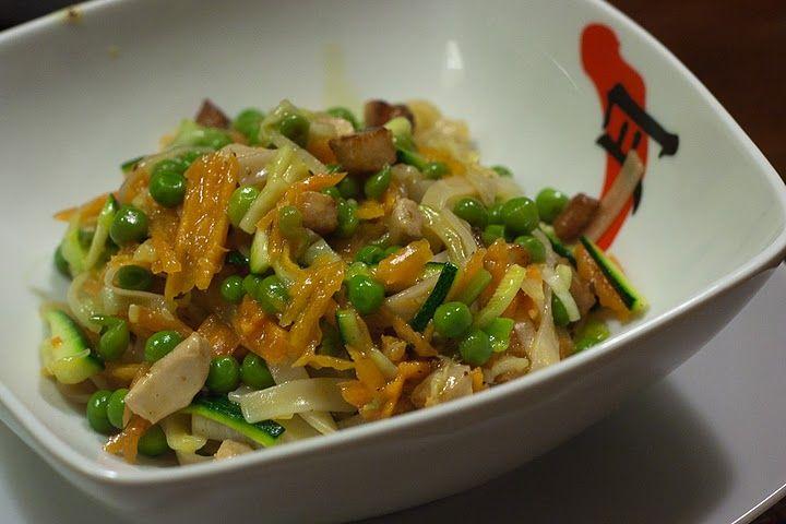 Pad Thai noodles – pollo e verdure Piatto tipico in Thailandia.