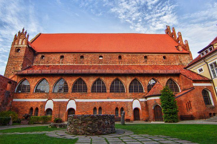 Zamek Kapituły Warmińskiej w Olsztynie zbudowany w latach 1346-1353, stanowił siedzibę administratora dóbr ziemskich kapituły warmińskiej. Najsławniejszym administratorem pełniącym te obowiązki w latach 1516-1521 był Mikołaj Kopernik.  W 1945 zamek stał się siedzibą Muzeum Mazurskiego, które dzisiaj nosi nazwę Muzeum Warmii i Mazur.