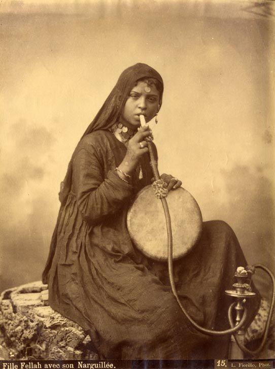 Fille Fellah ave son Naguilée.  #hookah #shisha #vintage