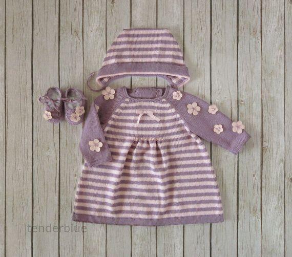 Robe tricot, casquette et chaussures pour bébé fille en rose et lilas. Rose sentait les fleurs. 100 % laine mérinos. EN stock en taille nouv...