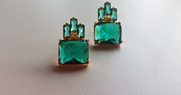 Brinco atemporal de cristais facetados na cor verde esmeralda com banho de ouro 18 kl. Clássico, chic e moderno ao mesmo tempo! Super leve na orelha mas com um efeito extraordinário. Peso de 6 gramas o par! Cód:BO4358