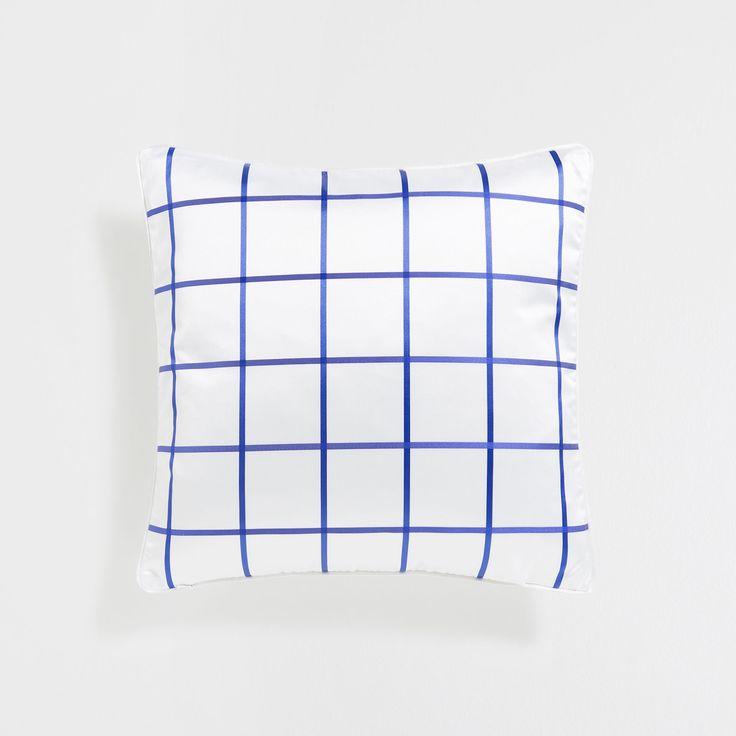 Изображение 3 товара Жаккардовый чехол для подушки в клетку синего цвета