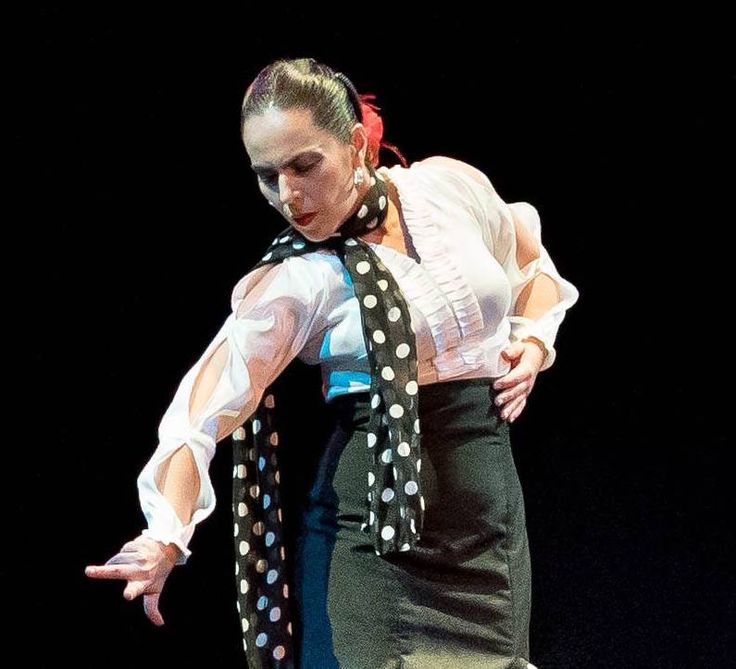 Farruca style blouse in stretch taffeta with a shirtfront of pleated strip. Long sleeves with three armholes to give contemporaneity to this classical flamenco dance.