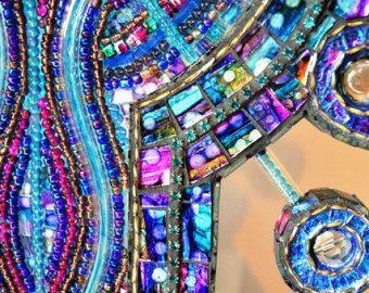 Gesprekken met de natuur - de kunst van het mozaïek, mozaïek beeld & mozaïek Lamp, glazen sculptuur- Muziekgestuurd, Neon, E.L draad en mozaïek sculptuur 37 x 17(hun zijn lichten loopt door de kralen in het centrale paneel, die oplichten om geluid of muziek in volgorde van) Gerecycled glas, gerecycled hout, Electroluminescent Draad, neon buis, kralen, acryl verf, tegels & glas  De sculptuur zou ziet er geweldig uit in een venster of vóór een lichtbron, zoals het centrale paneel en zijpanelen…
