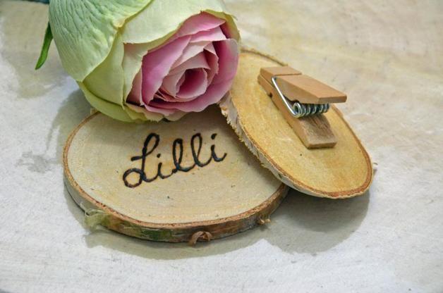 13 von uns beschriftete Baumscheiben für Ihre Hochzeitsfeier und Gäste. Die Baumscheiben sind mit einer kleinen Holzklammer beklebt, so dass jeder Gast seinen Namen auch an der Kleidung befestigen...