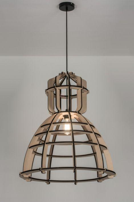 Prachtige grote design-hanglamp No. 19 XL van Olaf Weller, met een industriële vormgeving. De kap is gemaakt van MDF hout. De onderdelen zijn met een laser uit het hout gesneden, waardoor mooie verbrande randen zijn ontstaan. De kap hangt met een zwart strijkijzersnoer aan een mat zwart metalen plafondkap.Deze lamp wordt geleverd als bouwpakket, en is eenvoudig in elkaar te zetten. http://www.rietveldlicht.nl/artikel/hanglamp-89288-modern-design-industrie-look-hout-zwart-rond