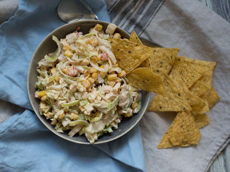 Tacosalat med kylling er enkel å mekke saman og fin å servere til mange. Oppskrifta kan doblast eller triplast og serverast med godt brød og nachos.