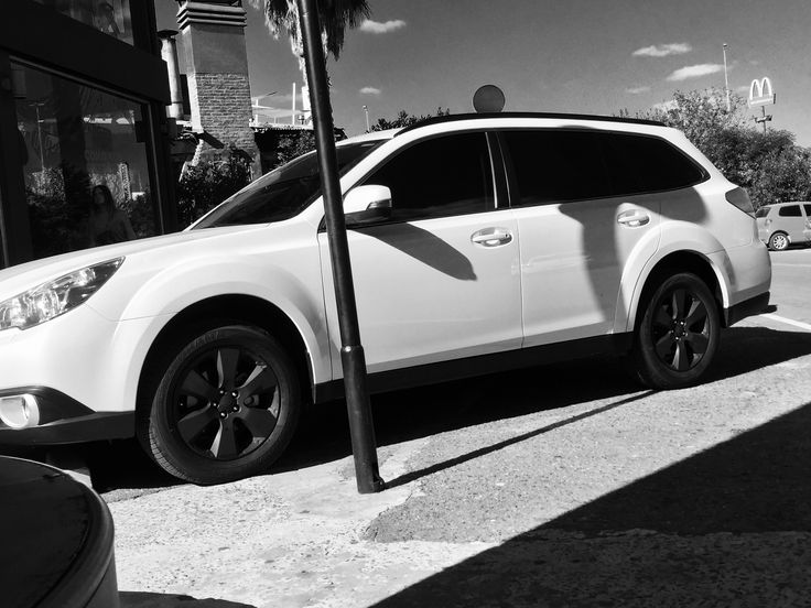 Subaru Outback 2012 with black rims / Subaru Outback 2012 con llantas negro mate. Style.