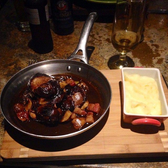1/2 pollo estofado en salsa de vino tinto con tocineta, champiñones y cebollitas ocañeras ¿Ya lo probaron?