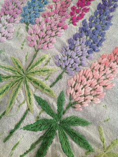 Bordado de flores lupino.