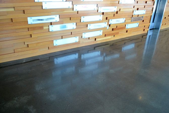 Podłoga z betonu polerowanego, ściana jasne drewno