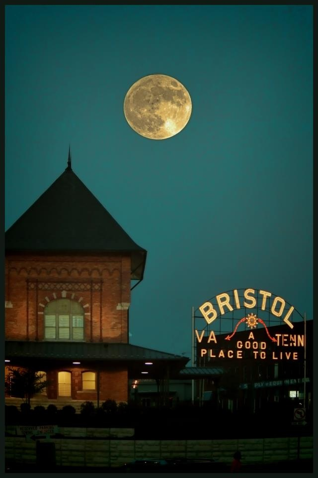Bristol TN/VA train station and sign