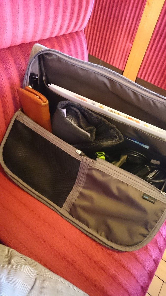 """KOJIRYUJI(御朱In)さんのツイート: """"ひらくPCバッグはコメダのソファーの奥行にぴったり。ここまで考えてるとはさすが。#ひらくPCバッグ https://t.co/oXUCuDFRj8"""""""