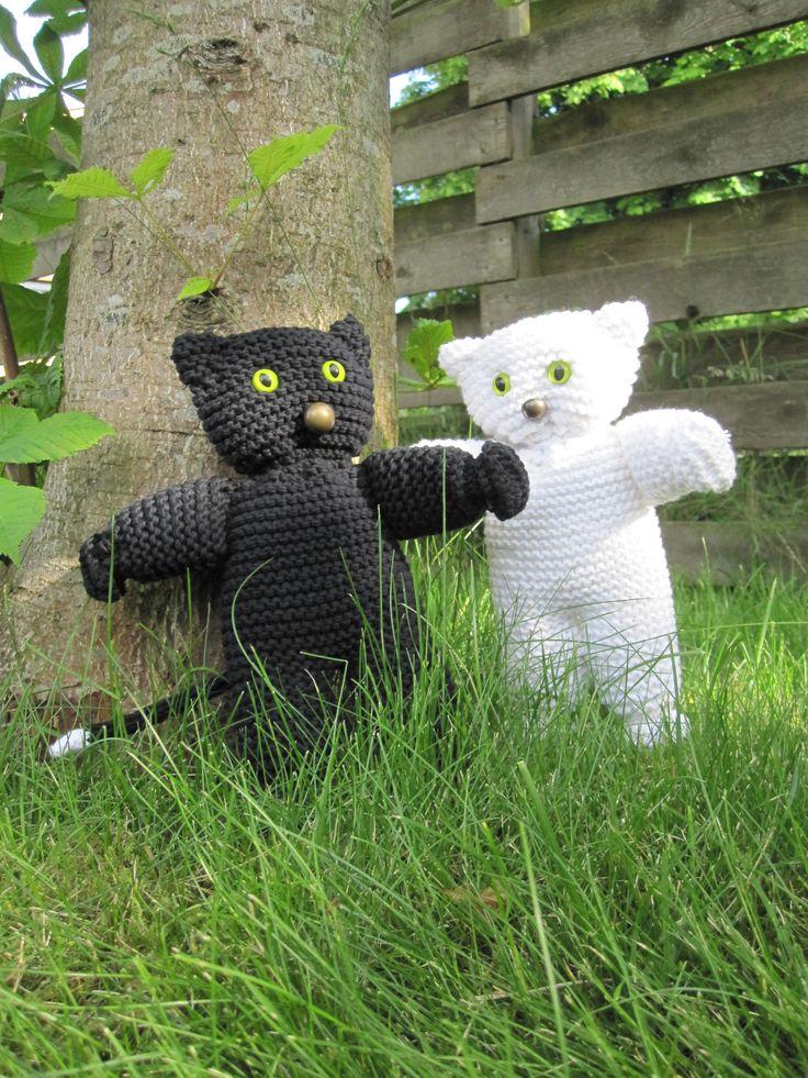 Knitted cats. Legetøj. Strikkede katte. Huskattene Konrad & Katinka finder du på Facebook: Strik, smil & finurlige finesser. GRATIS opskrift.
