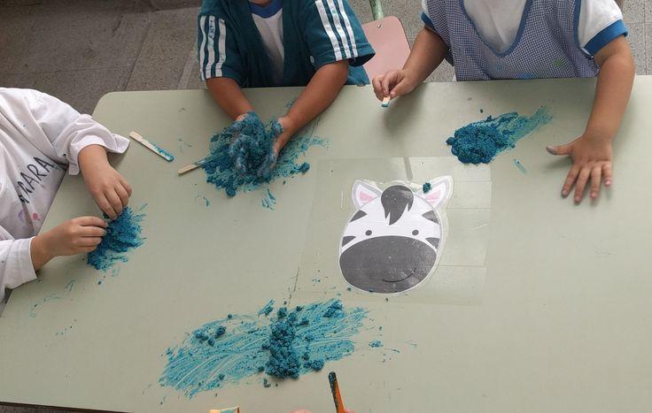 Dactilopintura con polenta!  Para mis alumnos que no se animaron a tocar les ofrecí palitos... Al final todos se animaron a poner las manos en la pintura!