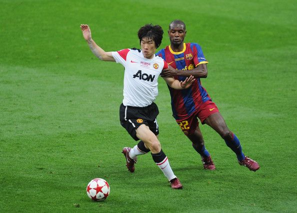 Park Ji-sung Photos - Park Ji-Sung of Manchester United (L) is challenged by Eric Abidal of FC Barcelona during the UEFA Champions League final between FC Barcelona and Manchester United FC at Wembley Stadium on May 28, 2011 in London, England. - Park Ji-sung Photos - 55 of 225