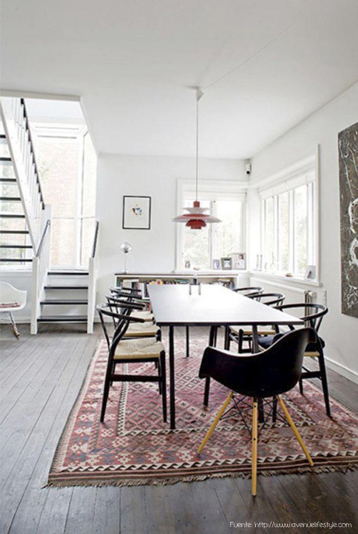 """Los tapetes son muy útiles porque los podés sacar cuando hace mas calor y volver a ponerlos en invierno. Este kilim además aporta color y alegría y """"levanta"""" el blanco del resto del ambiente."""