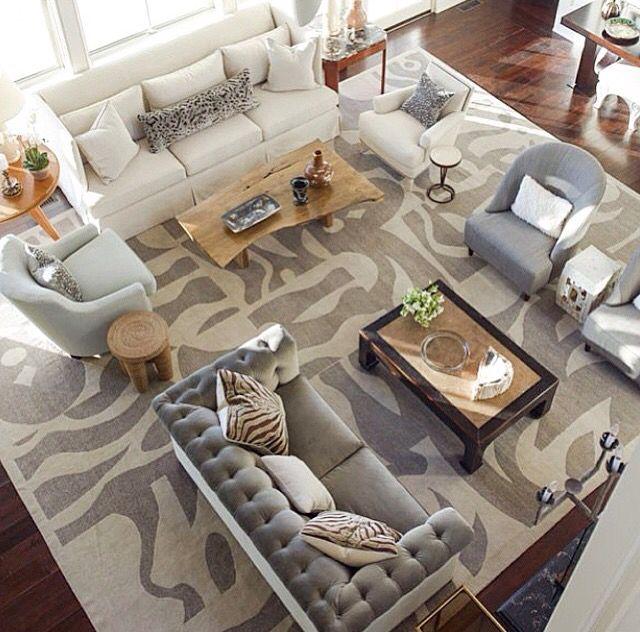 Várias ideias de decoração de sala usando tapete estampado, de vários estilos e cores!