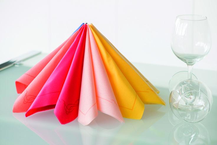Variedad de diseños  y calidad en la mesa! Manteles y servilletas desechables elaboradas en papel tejido y estampado en colores de moda