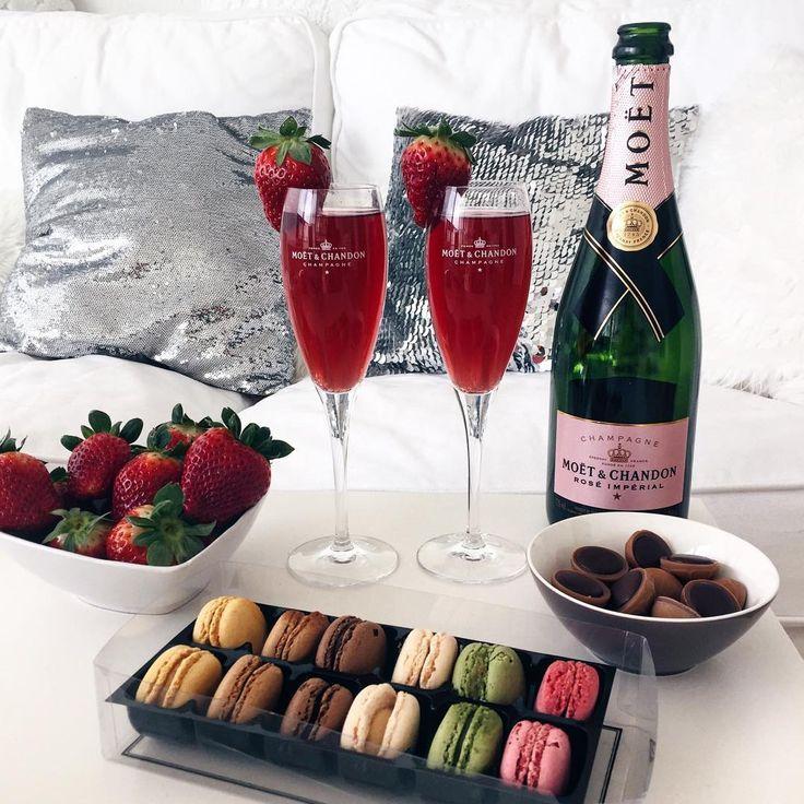 Картинки шампанское с бокалами с клубникой