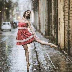 Bailando bajo la lluvia cubana. - Copyright (c) 2016 Telemundo.