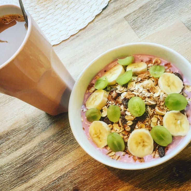 Semesterdag och tidig frukost med det obligatoriska kaffet och blåbär/vanilj yoghurt & müsli med skivad banan & vindruvor!👨🍳👍😴🍇🍌☕️🍧  #masseskök #maceingkitchen #frukost #breakfast #semester #vacation #matblogg #foodblog #foodstagram #matagram #uppemedtuppen #KingofHashtags