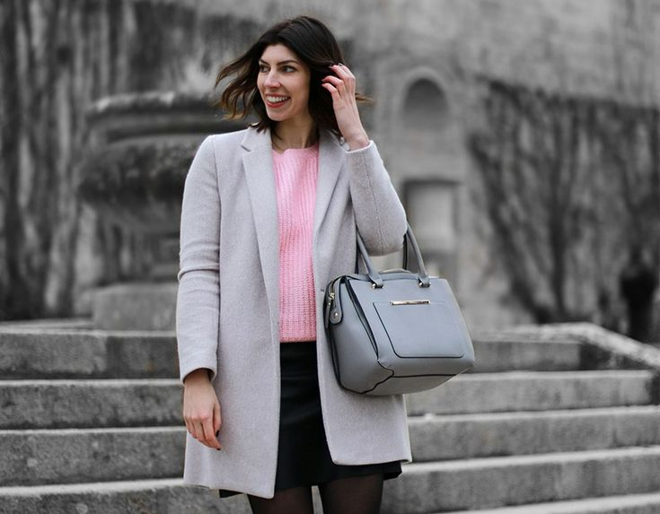lUn beau manteau en laine grise réhaussé par un pull rose. #look #femme #fashionaddict #gris #rose