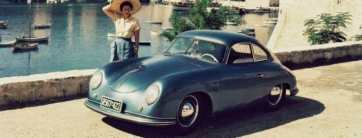 """Στις 8 Ιουνίου του 1948, κατασκευάστηκε η πρώτη Porsche 356/1 Roadster, στο Gmünd, στην Καρίνθια της Αυστρίας.   Το """"Gmünd Roadster"""" όπως έμεινε στην ιστορία, ήταν το πρώτο αυτοκίνητο με το λογότυπο της Porsche, είχε στο πίσω μέρος έναν κινητήρα αερόψυκτο, τετρακύλινδρο και επίπεδο, με απόδοση 35 ίππων. Το roadster, ζύγιζε 585 κιλά και είχε ανώτατη ταχύτητα 135 χλμ/ώρα.  Η original 356, ξεχώριζε από τα μετέπειτα μοντέλα, από το παρμπρίζ με το διαχωριστικό στη μέση, κάτι που άλλαζε το 1952…"""
