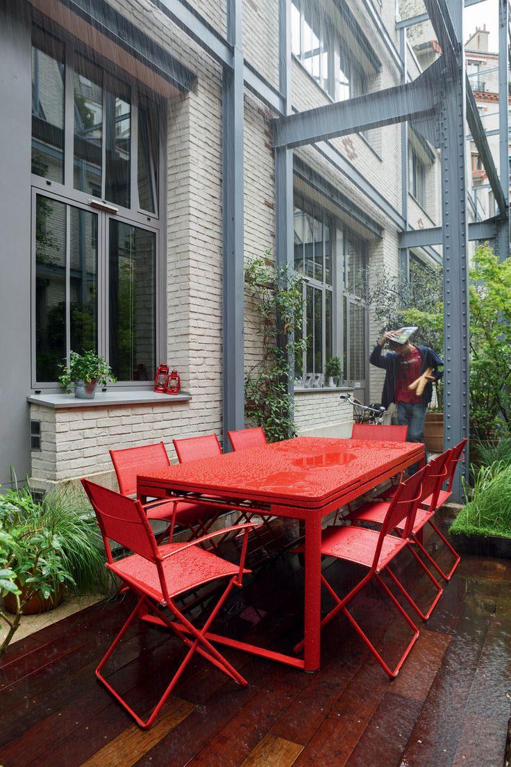 Table Biarritz et chaises Plein air Fermob couleur rouge Coquelicot : Table pouvant passer de 2 à 3 mètres en quelques secondes grâce à ses 2 allonges latérales