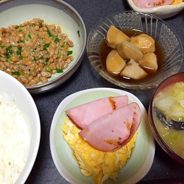 魚食べたよ、魚。 #夕飯 - 8件のもぐもぐ - 煮干キャベツ味噌汁、マヨぽん酢玉子焼き、納豆、焼きハム、里芋 by ms903