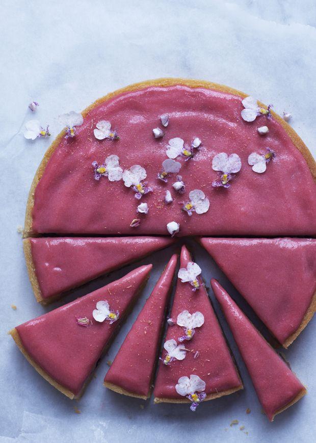 En skøn opskrift på rabarbertærte med silkeblød rabarbercurd, der smager af sommer og solskin.