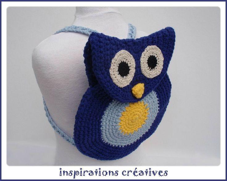 Free crochet - owl back pack. Pattern in French. ༺✿ƬⱤღ  http://www.pinterest.com/teretegui/✿༻