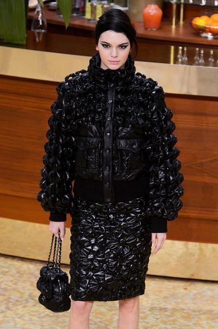 Самый уникальный и неповторимый тренд этой зимы - стеганные куртки, пальто, платья, внешне напоминающие теплые, толстые одеяла. Причем такой стиль придерживается не только в верхней одежде, а также допускается в офисных и вечерних нарядах.2016