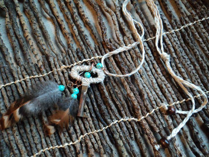 Украшение на шею из перьев бусин камней и латунного ключа.