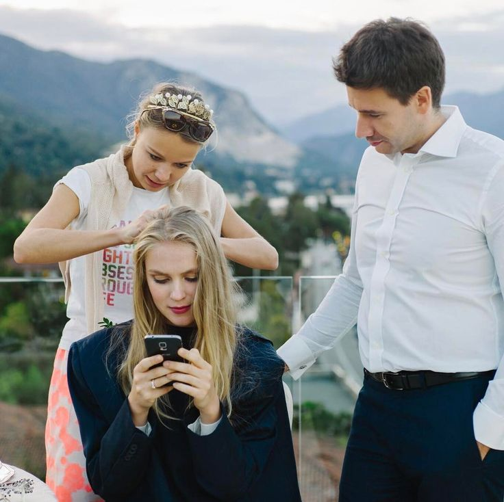 """Стилисты единогласно советуют невестам перед свадьбой обязательно сделать пробный макияж у выбранного мастера или посетить несколько салонов и в итоге выбрать наиболее понравившийся вариант макияжа ЗАЧЕМ ЭТО НУЖНО? Чаще всего невеста довольно четко представляет в каком стиле и образе ей хочется появиться на собственной свадьбе. К сожалению не всегда выбранный """"по картинке"""" вариант макияжа подойдет невесте в реальной жизни и об этом несовпадении лучше узнать заранее Пробный макияж как раз и…"""