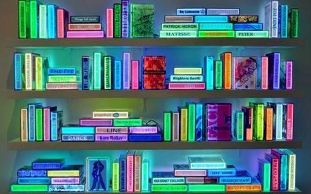 Come guardare i libri sotto una nuova luce Le sue opere fondono la tradizione della pittura e della scultura con l'uso della tecnologia nell'arte, attraverso libri realizzati in resina sintetica trasparente, resi luminosi dalle luci LED poste #libri #luci #led #tecnologia