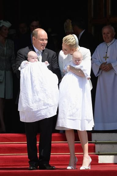 Gêmeos de Príncipe Albert II e princesa Charlene de Mônaco são batizados