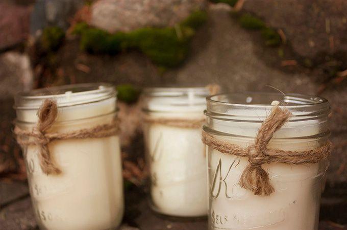 Om de decembermaand gezellig en knus te maken is het leuk om allemaal kaarsen te branden, maar elke keer nieuwe kaarsen kopen dat loopt best wel op. Oplossing? Hergebruik je oude kaarsen! Zelf kaarsen maken is simpel en leuk; even omsmelten en voilá!