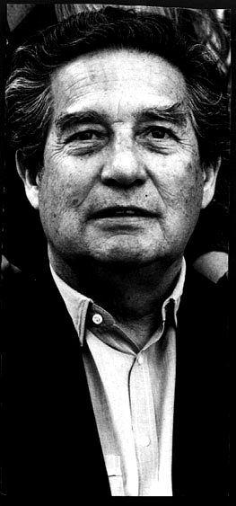 Octavio Paz (1914-1998) poeta, escritor, ensayista y diplomático mexicano, Premio Nobel de Literatura en 1990. Se le considera uno de los más influyentes escritores del siglo XX y uno de los grandes poetas hispanos de todos los tiempos. Su extensa obra abarcó géneros diversos, entre los que sobresalieron poemas, ensayos y traducciones. No echó raíces en ningún movimiento porque siempre estuvo alerta ante los cambios en el campo de la poesía de modo que su poesía es muy personal y original.