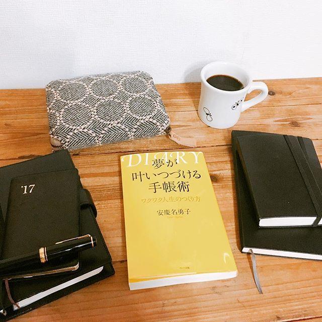 * 2017年5月13日 2時起床 * #読書記録 #夢が叶いつづける手帳術 #安慶名勇子 さん * フォローさせていただいている しずくさんが紹介されていて、さっそく読んでみました。手帳術の本は昔は読み漁りましたが、今回久しぶりでとても新鮮でした♪ * 「どんなに一生懸命ポジティブシンキングを実践しようと、たくさんの夢を書き出しても、潜在意識の中に、そんなのできるわけない、書くだけ無駄、といった全く逆の発想がある限り、現実になることはない。 書けば叶う状態になるためにまず必要なことは、自分の夢を邪魔する思考のごみを取り除くこと。」 * 「忘れてしまいたい嫌な記憶や辛い記憶をあえてひっぱりだし、ひたすら書き続けることで、自分の思考、行動パターンが見えてくる。人生を振り返る作業をすることにより、自分の価値観を明確にできる。」 * 「周りからの視線や世間体が気にならなくなり、他人と比較し落ち込むこともなくなる。 叶える努力よりまず優先しなければならないのは、潜在意識の中にためてしまった思考のごみを取り除くこと。」…