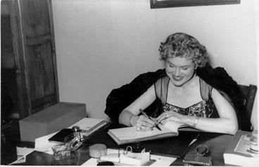 """Josefina de la Torre Millares (Las Palmas de Gran Canaria, 1907− Madrid, 2002). Poetisa, novelista, cantante lírica y actriz vinculada a la Generación del 27. Se relacionó con Salinas, Lorca, Alberti y otros intelectuales de la madrileña Residencia de Estudiantes, recibiendo su influencia. En 1927 publica """"Versos y estampas"""", luego """"Poemas en la isla"""". Escribió novelas  con el pseudónimo de Laura de Cominges. Su carrera como actriz fue importante. Dobló al español la voz de Marlene Dietrich."""