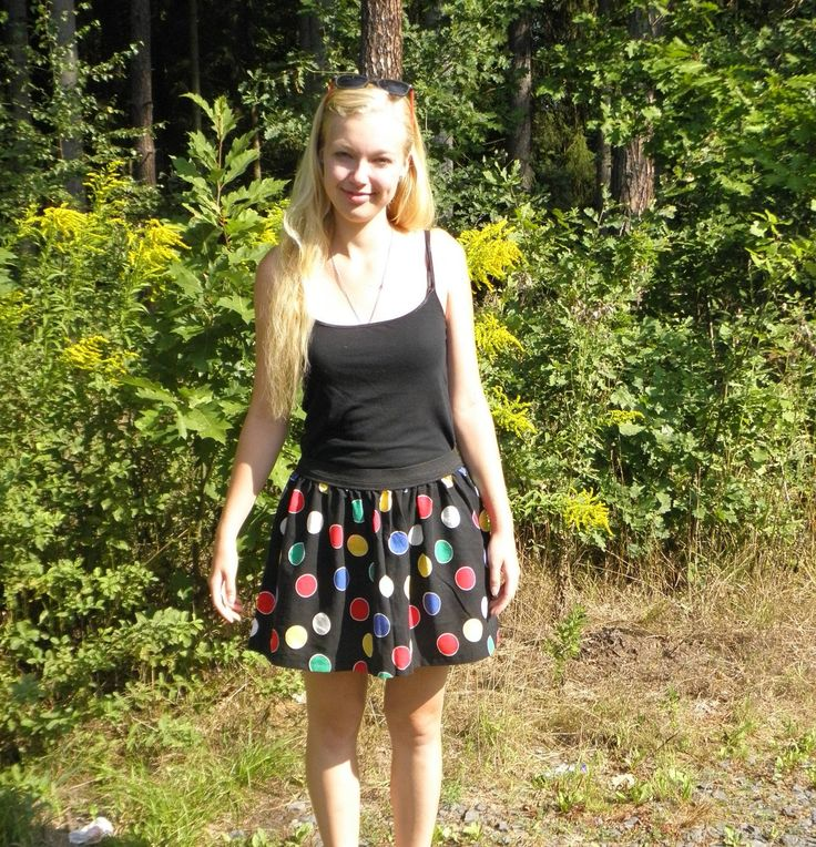 Černá sukně s velkými barevnými puntíky Sukně v pase na černou gumu (4cm širokou), dlouhá 36 cm. Obvod nenatažené gumy v pase je 75 cm. Lze nosit jako boková nebo do pasu. Je ušitá ze zbytku látky, zřejmě to původně byl nějaký přehoz nebo závěs. Materiál je pevný, bavlněný a hravě vzorovaný.